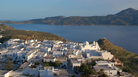 égei : Panoramic view of Plaka village with traditional Greek church. Milos island, Greece