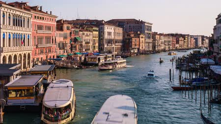 ausziehen : Timelapse of Grand Canal with boats and gondolas on sunset, Venice, Italy