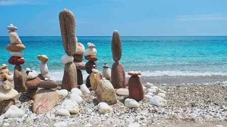 шуй : Concept of balance and harmony. - stone stacks on the beach