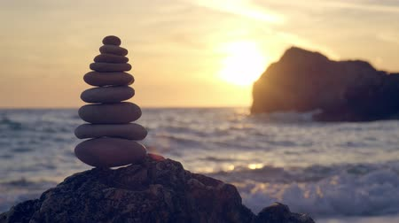 安定性 : Concept of balance and harmony - stone stacks on the beach