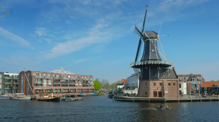 Harlem landmark windmill De Adriaan and boat on Spaarne river. Стоковые видеозаписи