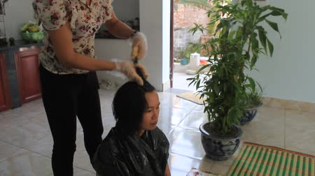 белить : HAI DUONG, VIETNAM, AUGUST, 20: barber hair coloring for customer on August, 20, 2014 in Hai Duong, Vietnam.