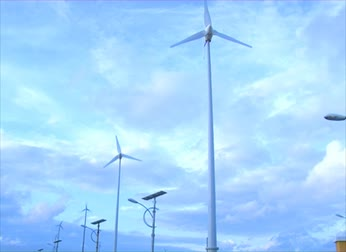 ekonomi : wind turbines and sky Stok Video