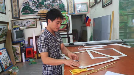 proprietário : Haiduong, Vietnam, February, 17, 2015: Craftsman working on frame in frame shop Vídeos