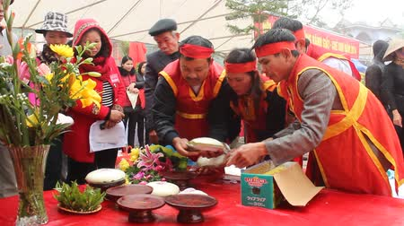 festividades : People exam to make round sticky rice cake at the festival on February, 21, 2014 in Asia. This cake made with green beans, glutinous rice.