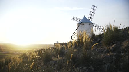 турель : Close up of a windmill in Consuegra, Toledo, Spain. Sunny summer day, A wind. Locked down real time close up shot Стоковые видеозаписи