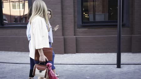 tomar : Three attractive young girls are walking in a summer street, talking and having fun together. Tracking real time establishing shot Stock Footage