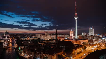 капитал : BERLIN - SEPTEMBER 15: Skyline City Timelapse shot with rush night traffc, September 15, 2017 in Berlin, Germany. Suset.