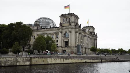 bundestag : BERLIN - AUGUST 21: Real time establishing shot of The German Parliament and the Deutche Bundestag, August 21, 2017 in Berlin, Germany. Tourists are visiting Bundestag on a cloudy day.