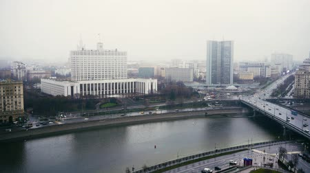 minister : MOSCOW - NOV 23: The House of the Government of the Russian Federation, foggy day, November 23, 2017 in Moscow, Russia. Cars. Left to right pan shot Stock Footage