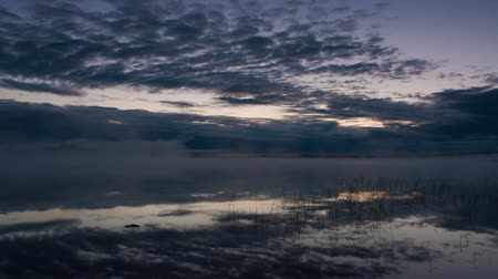 nevoeiro : clouds over the lake, timelapse Vídeos