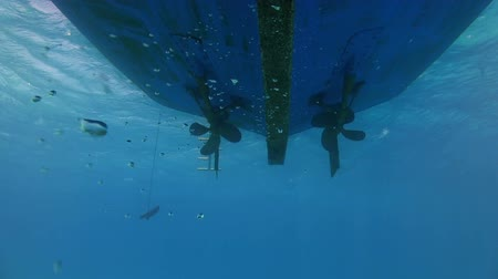 navios : View of the propeller from the bottom of the ship under water