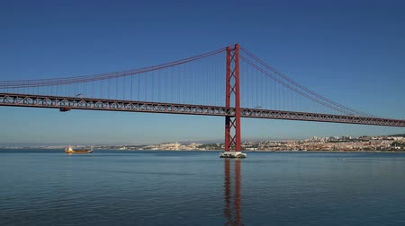 panorâmico : Panoramic View on the 25 de Abril Bridge in Lisbon, Portugal. Stock Footage