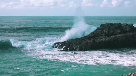 oceano : Ocean Waves Breaking on Rock Boca do Inferno, slow motion