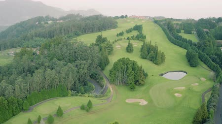 поле для гольфа : Aerial View of the Golf Course in Evergreen Foggy Mountains, Island Madeira Portugal Стоковые видеозаписи