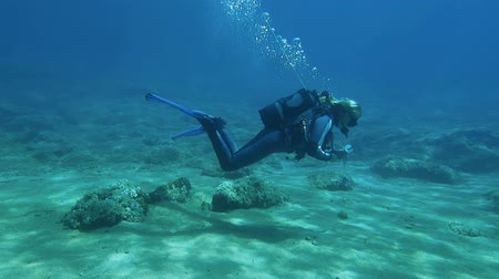 mergulhador : HALKIDIKI,GREECE- JULY 19 2014:Female scuba diver carring a line and a reel during a scuba dive Vídeos