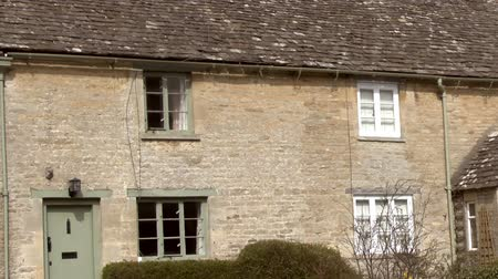 жилье : Zoom footage of a row of cottages in a cotswold village Стоковые видеозаписи
