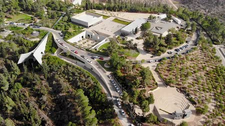 склон холма : view of the holocaust memorial museum in Jerusalem top view of a quadcopter. Yad Vashem on the hillside on the outskirts of Jerusalem. Стоковые видеозаписи