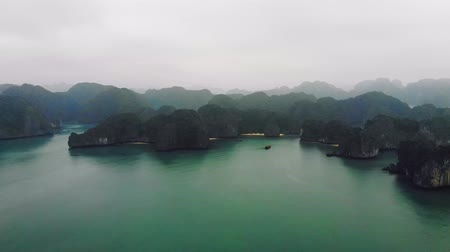 лодки : Ha long bay from the top. High rocks in the water. Halong Стоковые видеозаписи