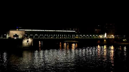 por que : Metro crossing Passy (Bir-Hakeim) bridge at night - Paris, France
