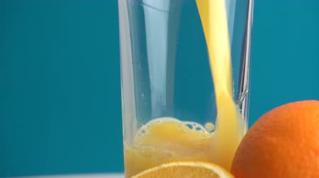 pour out : Orange juice and slices of orange