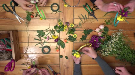 florista : Master class of making flower ring.
