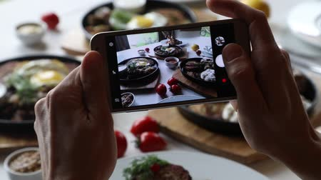 cielęcina : Hands taking photo various dishes with smartphone Wideo