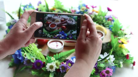 viande de veau : Hands taking photo various dishes with smartphone Vidéos Libres De Droits