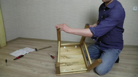 parafusos : The process of furniture assembly