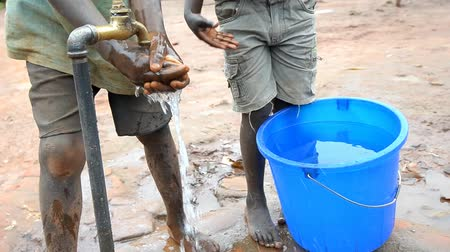 yoksulluk : African children at the fountain Stok Video