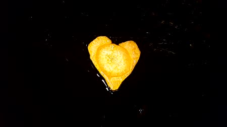 frito : Fry carrots in the shape of heart in a frying pan