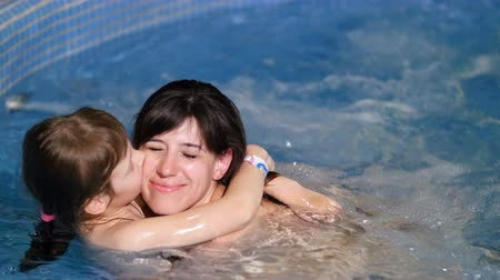 átölelő : mother and daughter in hot tub