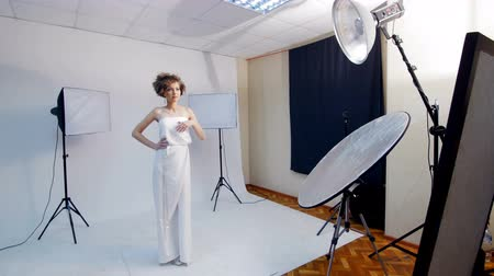 kıvırcık saçlar : beautiful girl posing for a photograph - backstage of photosession.