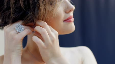 brincos : beautiful girl wears earrings - photosession.