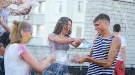 spektrální : boys and girls pouring bottled water on people - young people fun.