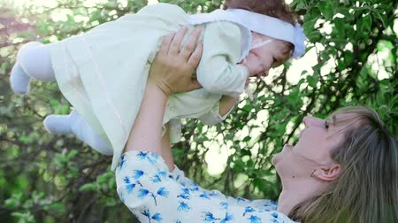 близость : Warmth of feelings of mother and child, sincerity of love