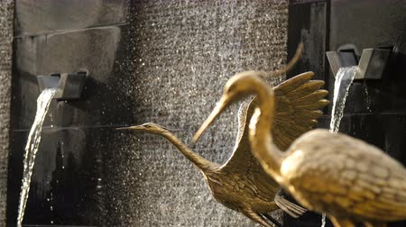 sas : DUBAI, UNITED ARAB EMIRATES, UAE - NOVEMBER 20, 2017: hotel Sofitel The Palm. figures of statues of golden birds against the background of a waterfall fountain Stock mozgókép