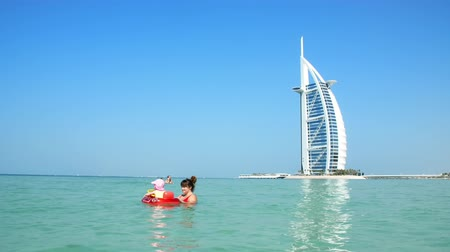 arábie : DUBAI, UNITED ARAB EMIRATES, UAE - NOVEMBER 20, 2017: Hotel Jumeirah Al Qasr, near Burj al Arab. family vacation, relax with little babies, children, play in water near the beach Dostupné videozáznamy