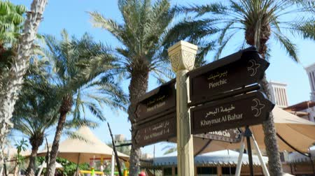 указатель : DUBAI, UNITED ARAB EMIRATES, UAE - NOVEMBER 20, 2017: Hotel Jumeirah Al Qasr Madinat , walking throught the territory of the hotel. sign of thematic direction of movement