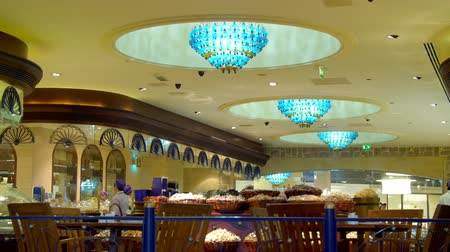 centre commercial : DUBAI, EMIRATS ARABES UNIS, EAU - 20 NOVEMBRE 2017: Dubai Mall - le plus grand centre commercial du monde. restaurant dans le Dubai Mall