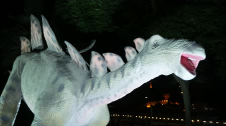 barátságos : DUBAI, UNITED ARAB EMIRATES, UAE - NOVEMBER 20, 2017: Dinosaur Park at Dubai Garden Glow park, illuminated at night. a lot of different dinosaurs, look alive