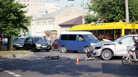 dent : CHERKASY, UKRAINE - AUGUST 30, 2018 : The scene of a traffic accident on a road. car crash accident on street, damaged automobiles after collision in city Stock Footage