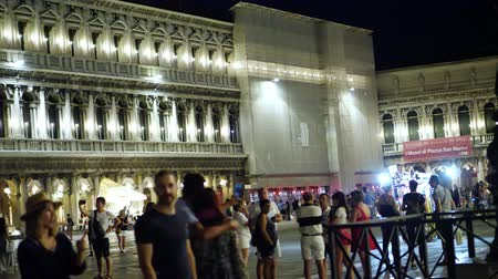 ベネチア : VENICE, ITALY - JULY 7, 2018: The night scene of San Marco Plaza in Venice Italy. many tourists walk the streets of night Venice