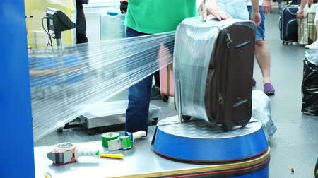 motivo : Luggage wrapping service in airport for security reason and safety protection from damage. Baggage wrapping