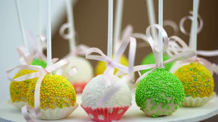 produtos de pastelaria : Candy bar on childrens birthday. close-up, multi-colored lollipops, sweets, biscuit, cupcakes, sweet decoration for childrens parties and childrens anniversaries.