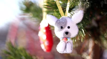 крытый : close-up, Christmas toys hanging on a snow-covered tree branch. winter, frosty, snowy, sunny day. Стоковые видеозаписи