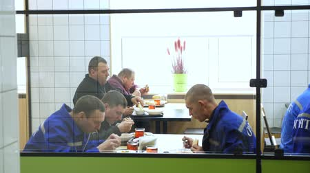 humanidade : CHERKASY, UKRAINE, FEBRUARY 20, 2019: visitors, workers at the enterprise have lunch in a modern factory canteen, cafeteria, mess hall, Self service restaurant Stock Footage