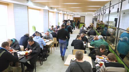 lunchen : CHERKASY, OEKRA�NE, 20 FEBRUARI 2019: bezoekers, werknemers bij de onderneming lunchen in een moderne fabriekskantine, cafetaria, mess hall, zelfbedieningsrestaurant