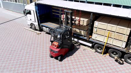vorkheftruck : aero, warehouses. unloading of the truck. unloading goods from the truck to the warehouse. Forklift is putting cargo from truck to warehouse outdoors Stockvideo