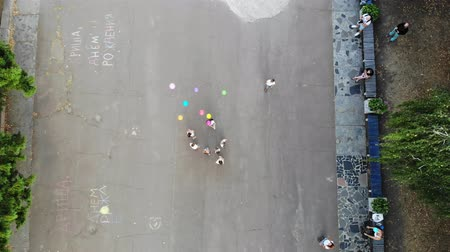 blahopřání : CHERKASY, UKRAINE, OCTOBER 5, 2019: children let out balloons in the sky, in park, on the pavement. summer. Aero, top view. Dostupné videozáznamy